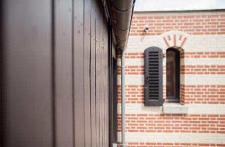Comme Un Trait architecture Sarthe Construction habitation maîtrise d'ouvrage Sèvres Hauts de Seine particulier brique menuiserie aluminium noir menuiserie bois