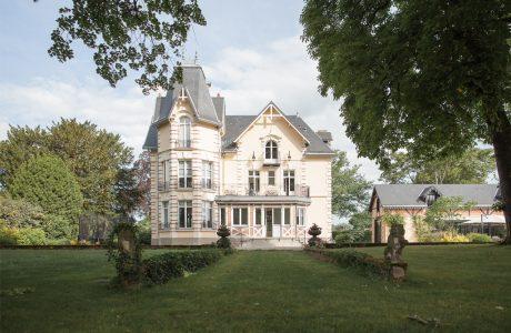 Comme Un Trait Architecture réhabilitation d'une bâtisse Anglo Normande habitation maîtrise d'ouvrage Yvré l'Evêque Sarthe l'Huisne Sarthoise particulier brique menuiserie bois lambrequin
