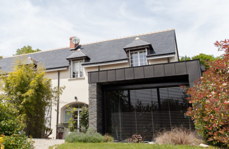 Comme Un Trait architecture Sarthe réalisation d'une extension maîtrise d'ouvrage particulier Vouvray extérieur bardage zinc